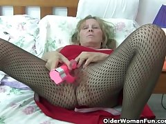 Granny hither broad in the beam Bristols wears pantyhose as she fucks a dildo
