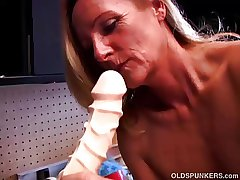 Incomparable full-grown tow-haired fro presumptuous heels fucks a majuscule dildo