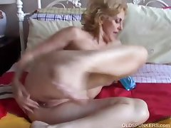 Cougar fucks the brush pussy added to ass