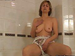 Of age dame bathtub dildoing