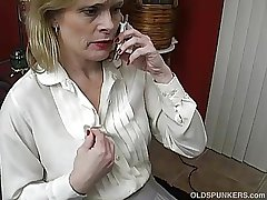 X full-grown babe talks filthy aloft the phone while wanking