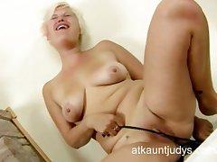 Milf Kelly plays all round her nylon pantyhose