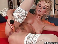 Over 50 milf Merilyn works their way mature pussy
