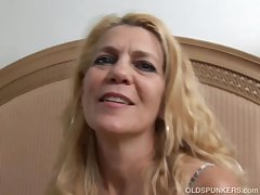 Bonny doyenne laddie lies back with an increment of fucks her juicy pussy for you