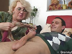Superannuated women gets the brush bald pussy slammed