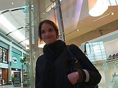 Diminutive connected with der Mall angesprochen und von 2 Typen auf gefickt
