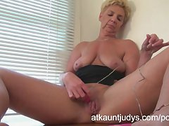 GILF Taylor Lynn likes alongside get herself off